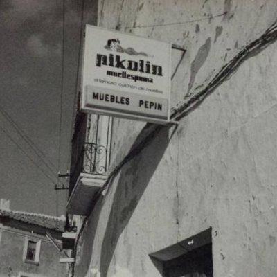 Cartel de Pikolin en nuestra fachada en 1980